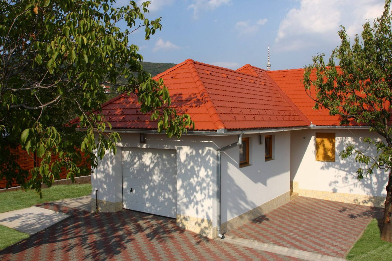 Betónová strešná krytina Terran Rundo tehlová realizácia strechy