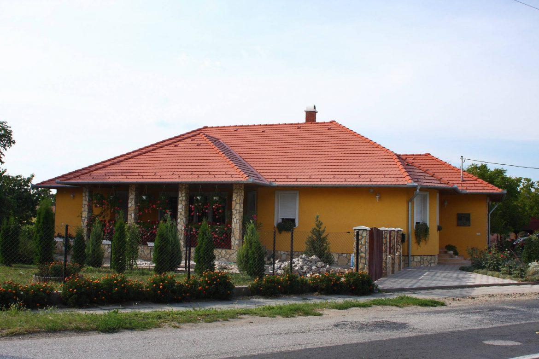 Betónová škridla Terran Rundo tehlová realizácia strechy